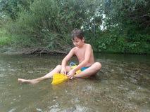 Jouer dans l'eau Image libre de droits