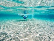Jouer dans l'eau bleue claire Images libres de droits