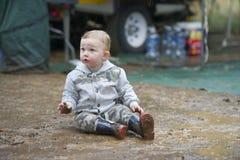 Jouer dans la boue ! images libres de droits