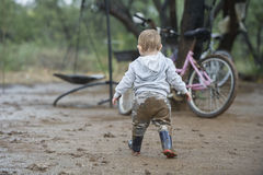Jouer dans la boue ! image stock