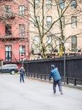 Jouer dans la place de Stuyvesant photo stock