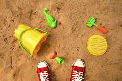 Jouer dans un bac à sable Image stock