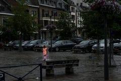 Jouer dans une fontaine en EN Ardenne de La Roche Photographie stock libre de droits