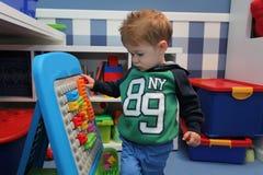 Jouer de bébé garçon Image libre de droits