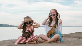 Jouer de deux enfants qui poursuit sur le sable sur la plage Photographie stock