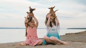 Jouer de deux enfants qui poursuit sur le sable sur la plage Photo stock