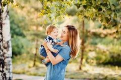 Jouer de fils de mère et d'enfant image stock