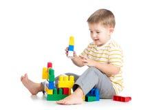 Jouer de garçon d'enfant Image libre de droits