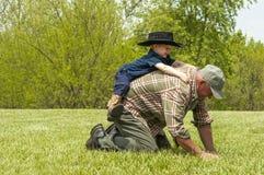 Jouer de grand-papa et de petit-fils de Giddyup chevalin Photo libre de droits