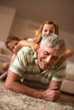 Jouer de grand-papa et de petite-filles Photographie stock