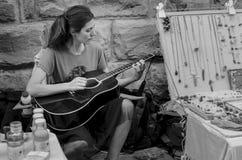 Jouer de guitare de jeune femme images libres de droits