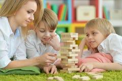 Jouer de jeune mère et de deux fils Images libres de droits