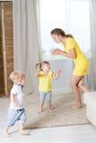 Jouer de jumelles de maman et d'enfants Photo libre de droits
