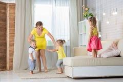Jouer de jumelles de maman et d'enfants Photographie stock