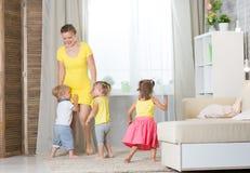 Jouer de jumelles de maman et d'enfants Photos libres de droits