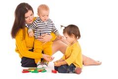 Jouer de maman et de deux enfants Images libres de droits