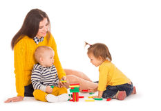 Jouer de maman et de deux enfants Photos stock