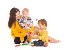 Jouer de maman et de deux enfants Photo stock