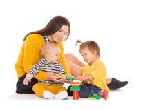 Jouer de maman et de deux enfants Images stock