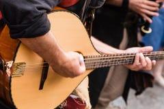 Jouer de musicien de rue Photo stock