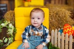 Jouer de petit garçon d'intérieur Amusement de Pâques de ressort pour des enfants concept d'enfance heureux Photos libres de droits