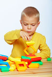 Jouer de petit garçon Photographie stock libre de droits