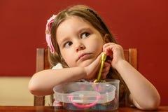 Jouer de petite fille d'intérieur avec de l'argile Images stock