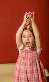 Jouer de petite fille d'intérieur avec de l'argile Photo stock
