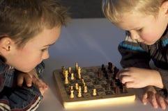 Jouer des échecs Photo stock