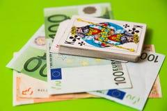Jouer des cartes au-dessus d'euro argent Images stock