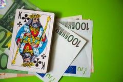 Jouer des cartes au-dessus d'euro argent Photographie stock