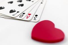 Jouer des cartes avec amour écrit Photo stock