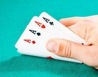 Jouer des cartes dans une main d'homme Photographie stock