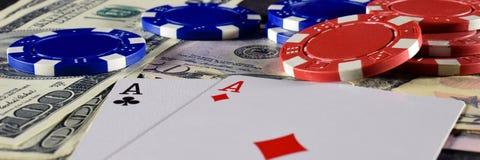 Jouer des cartes, des jetons de poker et des dollars Photos libres de droits
