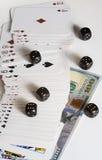 Jouer des cartes, des matrices et des dollars images libres de droits