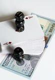 Jouer des cartes, des matrices et des dollars Photographie stock libre de droits