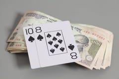 Jouer des cartes et des billets de banque indiens de roupie de devise Images libres de droits