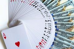 Jouer des cartes et des dollars photos stock