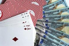 Jouer des cartes et des dollars image stock