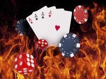 Jouer des cartes et des puces de casino sur le feu Joueur du concept? A de tisonnier avec de doubles as? Photo libre de droits