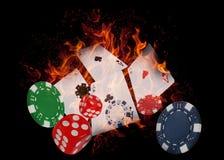 Jouer des cartes et des puces de casino sur le feu Joueur du concept? A de tisonnier avec de doubles as? Photos stock
