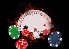 Jouer des cartes et des puces de casino sur le feu Joueur du concept? A de tisonnier avec de doubles as? Image libre de droits