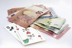 Jouer des cartes et l'euro devise Photo stock