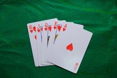 Jouer des cartes, maison de tisonnier de casino pleine images libres de droits