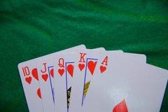 Jouer des cartes, maison de tisonnier de casino pleine photo libre de droits
