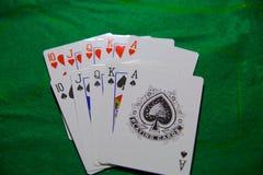 Jouer des cartes, maison de tisonnier de casino pleine photos stock