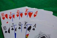 Jouer des cartes, maison de tisonnier de casino pleine photographie stock libre de droits
