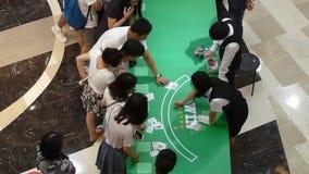 Jouer des cartes pour des événements de divertissement et récompense banque de vidéos