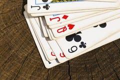 Jouer des cartes sur la surface en bois Photographie stock