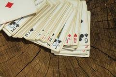 Jouer des cartes sur la surface en bois Photo stock